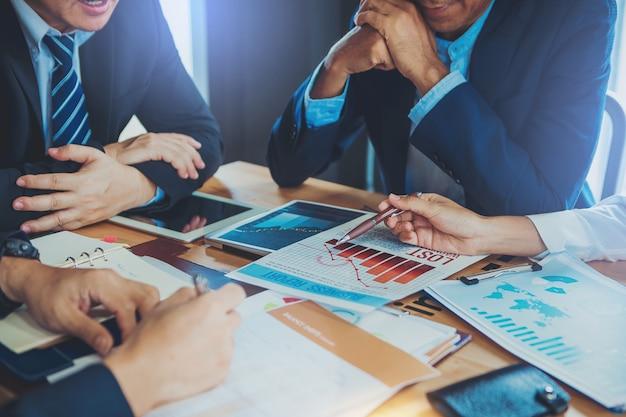 Ludzie biznesu spotykają się, aby przeanalizować i porozmawiać o upadku sytuacji w marketingu. zły wynik inwestycji