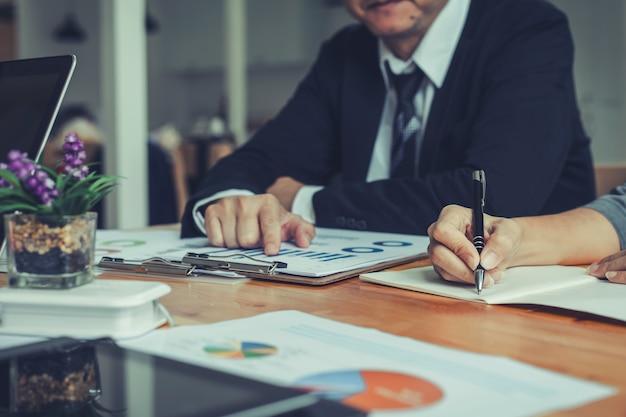 Ludzie biznesu spotykają się pracując z nowym projektem startowym. prezentacja pomysłów, analiza planów