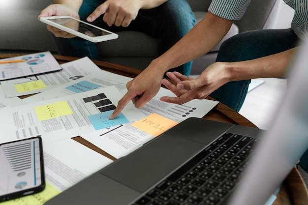 Ludzie biznesu spotykają się w biurze pisania notatek na karteczki. planowanie strategii i burza mózgów, koledzy myślący koncepcji.