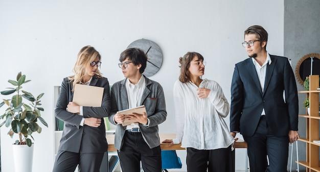 Ludzie biznesu stoi w biurze dyskutują