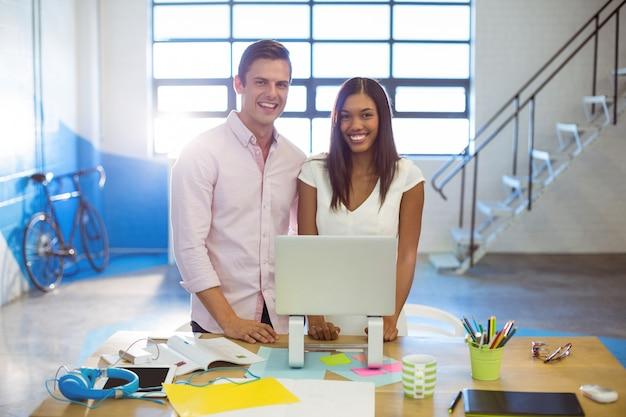 Ludzie biznesu stoi z laptopem
