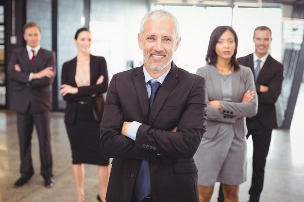Ludzie biznesu, stojąc z rękami skrzyżowanymi