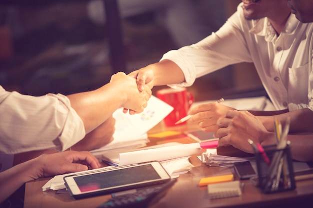 Ludzie biznesu trząść ręki, kończy w górę spotkania uścisk dłoni biznesowy concept.vintage kolor