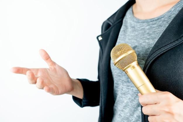 Ludzie biznesu trzyma mikrofon odizolowywający