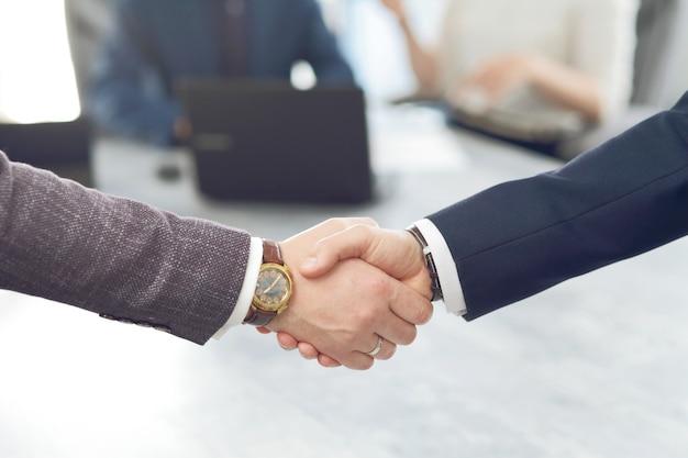Ludzie Biznesu Uścisk Dłoni Kończąc Spotkanie Premium Zdjęcia