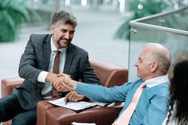 Ludzie biznesu uścisk dłoni po podpisaniu umowy