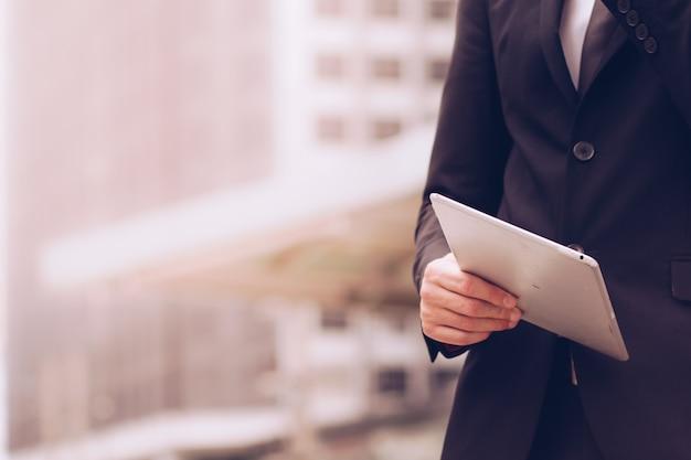Ludzie biznesu używają tabletu do pracy.