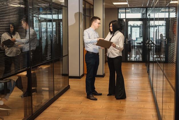 Ludzie biznesu w biurze idzie do pracy w nowoczesnym biurze