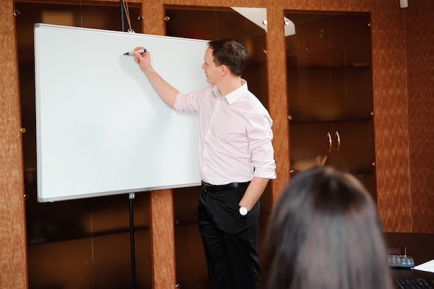 Ludzie biznesu w biurze trzyma konferencję i dyskutuje strategie.