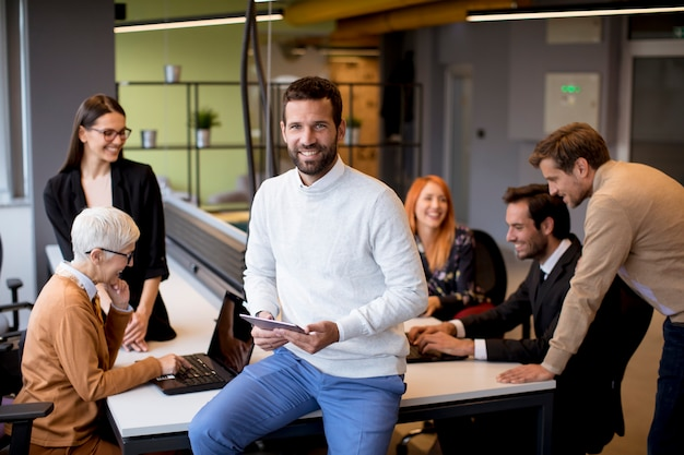 Ludzie biznesu w biurze