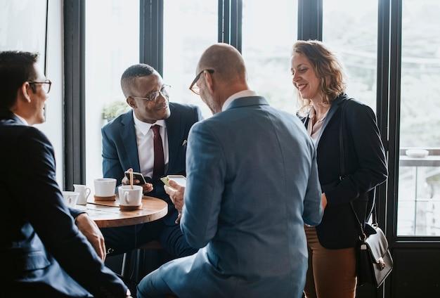 Ludzie biznesu w kawiarni rozmawiają o biznesie