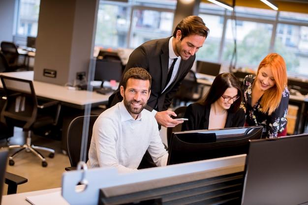 Ludzie biznesu w nowoczesnym biurze