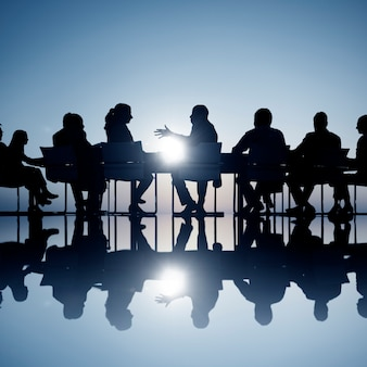 Ludzie biznesu w posiedzeniu zarządu pokoju