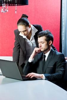 Ludzie biznesu w pracy w biurze