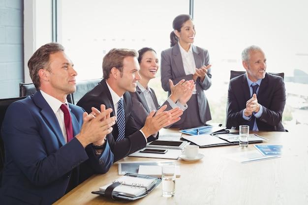 Ludzie biznesu w sali konferencyjnej