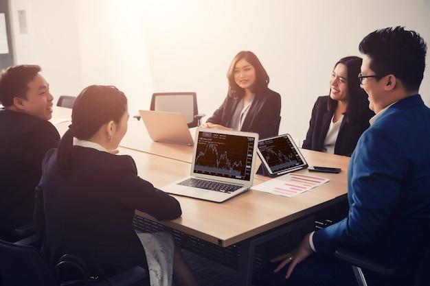 Ludzie biznesu w sali seminaryjnej. spotkanie sukcesu firmy burza mózgów praca zespołowa