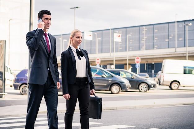 Ludzie biznesu w terminalu lotniska podróży
