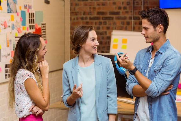 Ludzie biznesu wchodzący w interakcje w miejscu pracy