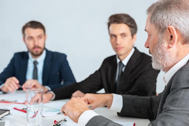 Ludzie biznesu współpracują