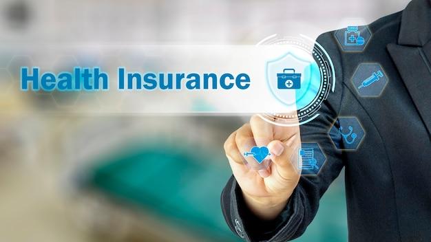 Ludzie biznesu wybierają ikony związane z ubezpieczeniem zdrowotnym
