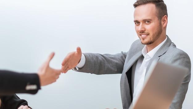 Ludzie biznesu wyciągają ręce do uścisku dłoni