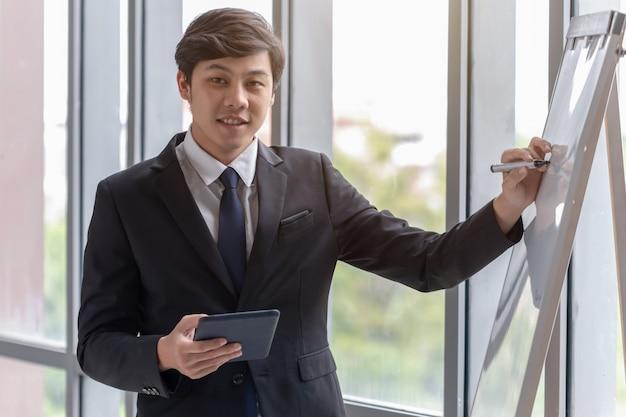 Ludzie biznesu wyjaśniają pracę w biurze