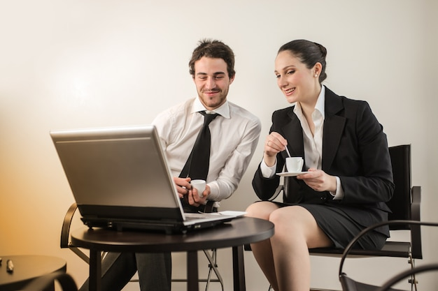 Ludzie biznesu z laptopem