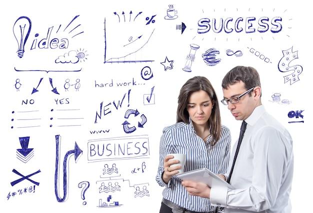 Ludzie biznesu z tabletem nad symbolami sukcesu
