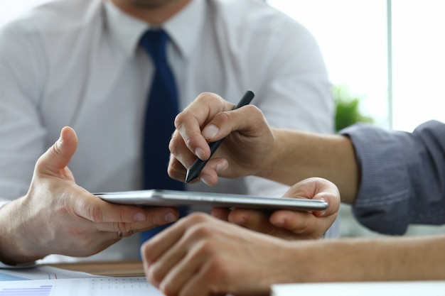 Ludzie biznesu za pomocą tabletu
