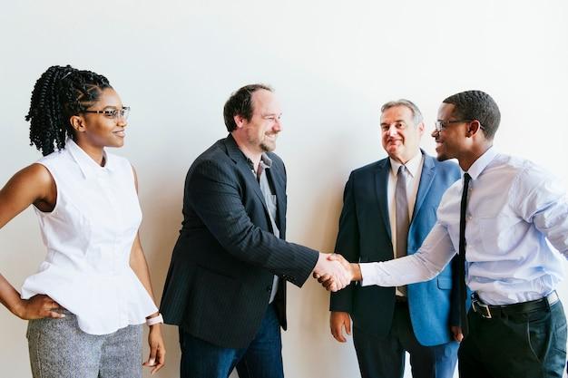 Ludzie biznesu zawierający umowę