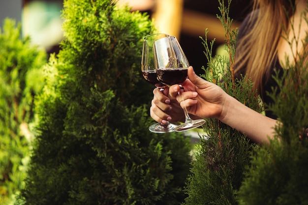 Ludzie brzęk kieliszków z winem na letnim tarasie kawiarni lub restauracji.