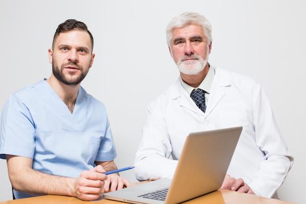 Ludzie chirurgiczne tle mężczyzn stanowisko studyjne