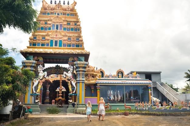 Ludzie chodzą do indyjskiej świątyni na wyspie mauritius na oceanie indyjskim