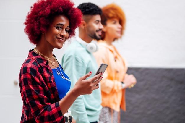 Ludzie chodzą patrząc na telefon komórkowy i patrząc na kamery