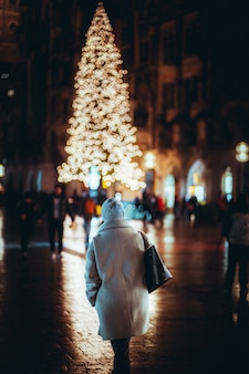 Ludzie chodzą po mieście z dekoracją świąteczną