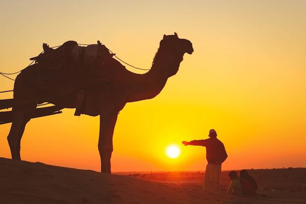 Ludzie cieszą się zmierzch na pustyni thar w jaisalmer podczas zmierzchu, india. pustynia thar jest dużym suchym regionem w północno-zachodniej części indii.