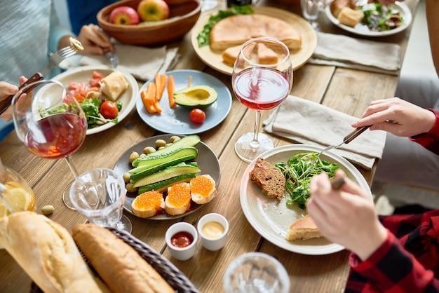Ludzie cieszący się pyszną kolacją