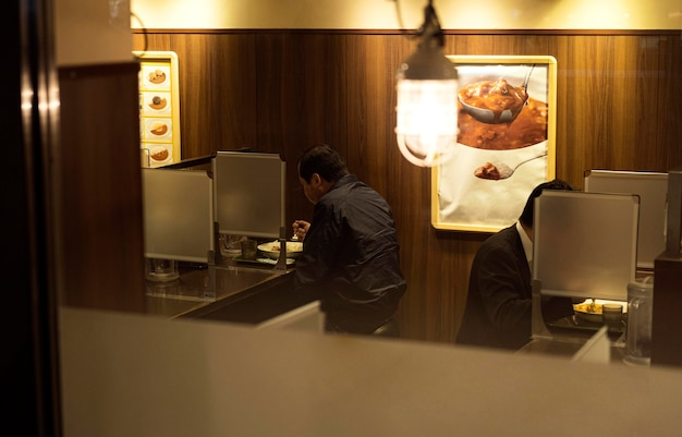 Ludzie cieszący się tradycyjnym japońskim jedzeniem