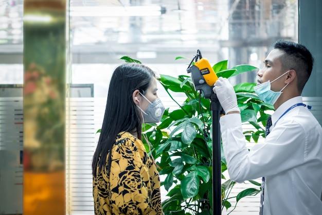 Ludzie Czekają Na Kontrolę Temperatury Termoskanem Premium Zdjęcia