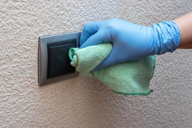 Ludzie czyszczący klamki do drzwi