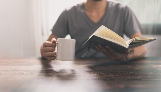 Ludzie czytają książki, aby zwiększyć możliwości wiedzy