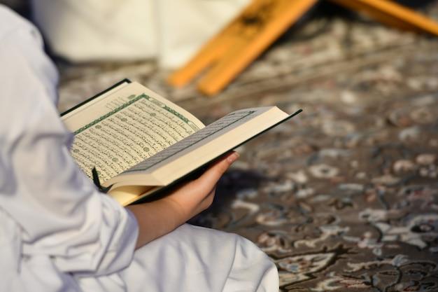 Ludzie czytający święty koran