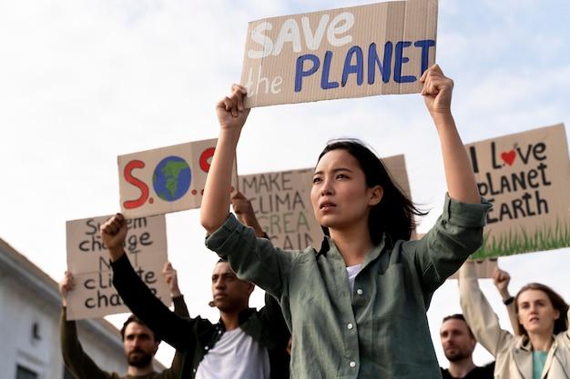 Ludzie dołączający do protestu przeciwko globalnemu ociepleniu
