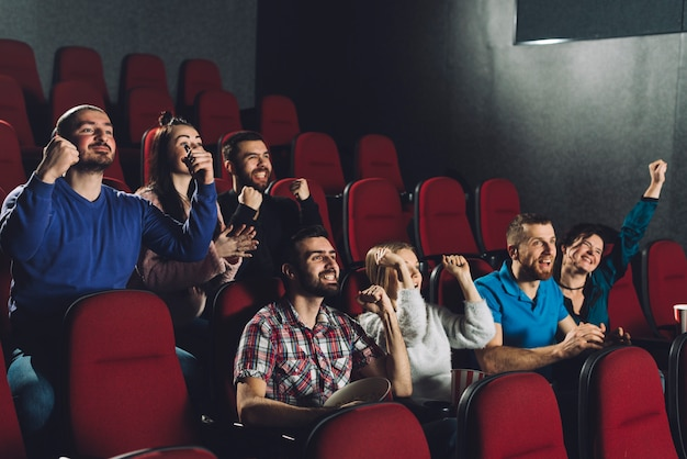 Ludzie dopingujący w audytorium kina