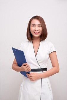 Ludzie edukacji / biznesu. młode azjatyckie kobiety trzymające falcówkę