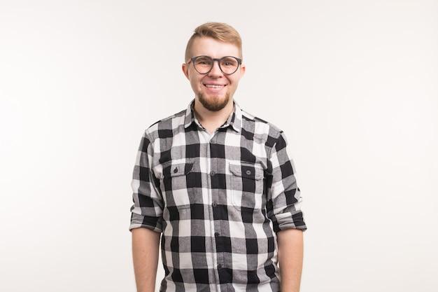Ludzie, emocje i koncepcja edukacji - portret uśmiechnięty mężczyzna student w koszuli na białej powierzchni.