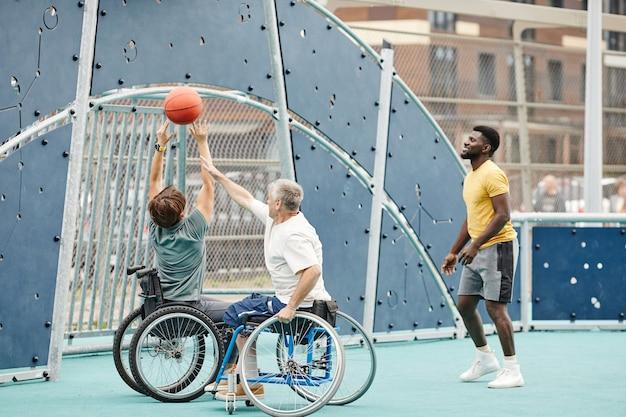 Ludzie grają razem w koszykówkę na świeżym powietrzu