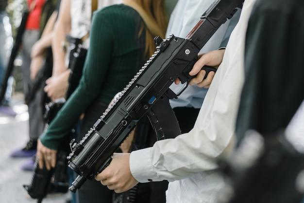 Ludzie grają w laser tag. broń w rękach ludzi. gra laserowego znacznika wśród dzieci.