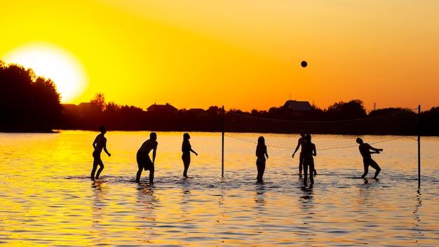 Ludzie grają w siatkówkę wodną. letni wypoczynek sportowy
