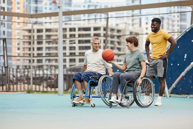 Ludzie grający w koszykówkę na boisku sportowym